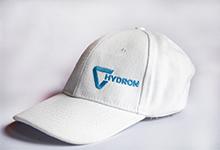 Hafty na czapkach basseball z daszkiem z przodu lub z boku.
